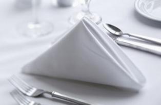 Bländande vitt bordslinne kompletterar dina bjudningar med en kvalitet och standard som middagsgästerna kommer att älska.